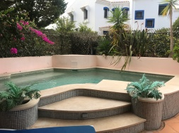 I did have a very quick dip in the pool at Anne and Jon's place, Vale do Lobo
