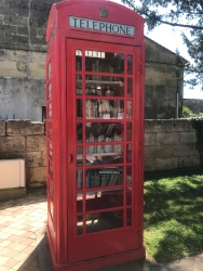 this is an old phone booth which is now a swopping book library.Saint Médard de Guizières