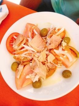 Tuna and tomato salad in Puente la Reina, Navarra